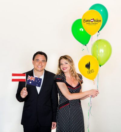 "Sam Pang ir Julia Zemiro  - SBS komentatoriai ""Eurovizijos"" konkurse (SBS nuotr.)"